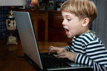 egy számítógép, amely káros a gyermek szemére)